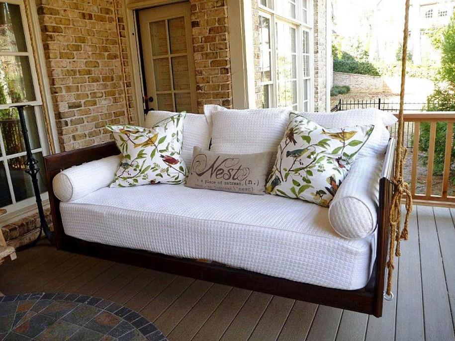 Комбинация из подушек с разными принтами на белом диване