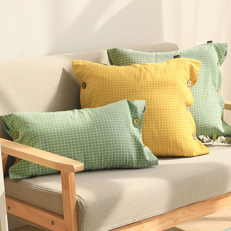 Зеленые и желтая подушки для уютного светлого интерьера