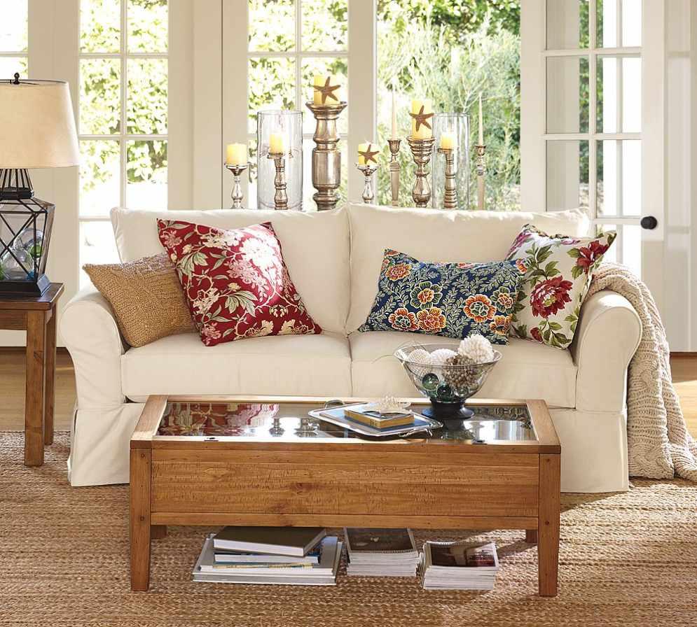 Интерьер гостиной с декоративными подушками на диване