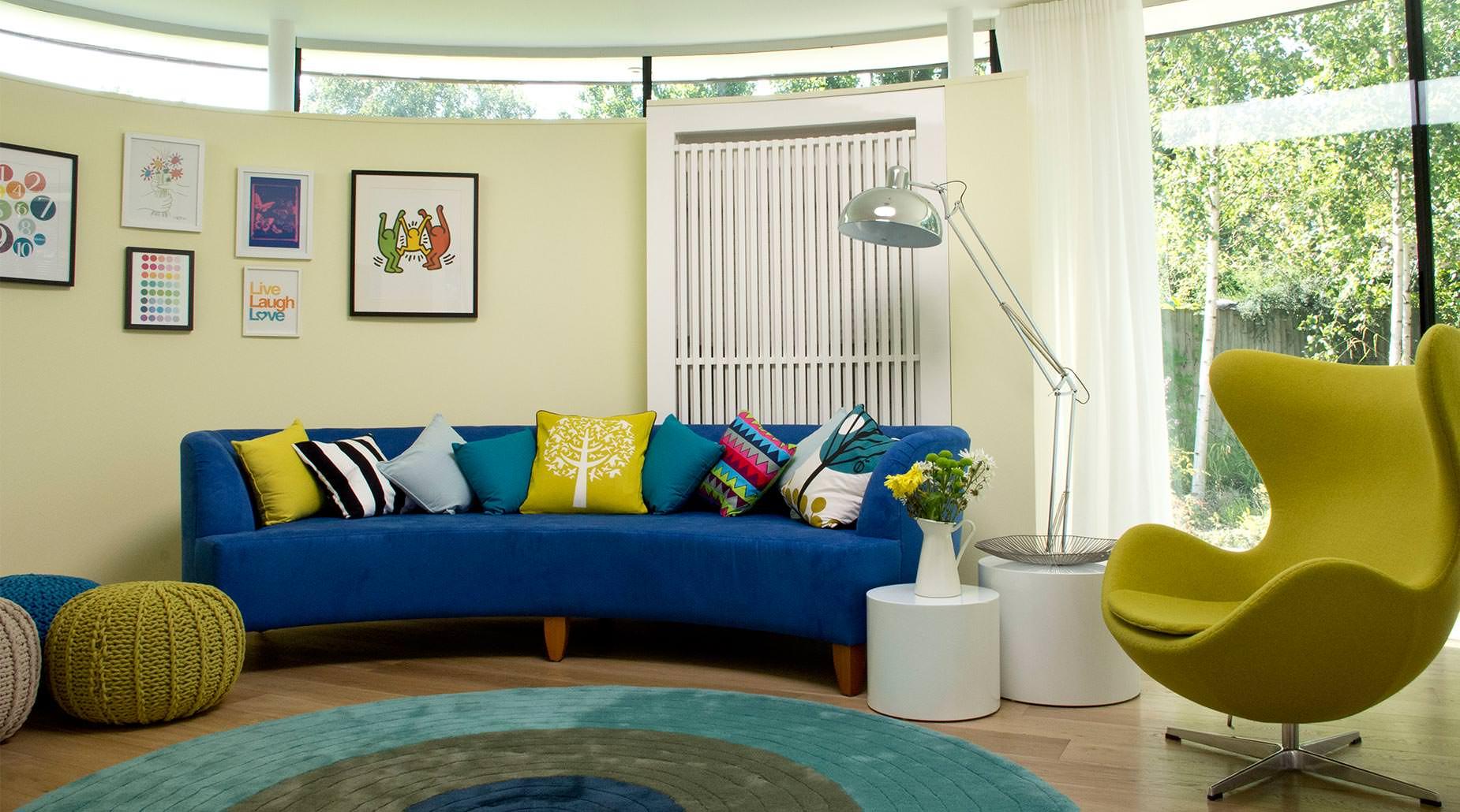 Яркие подушки как акцент в простом интерьере