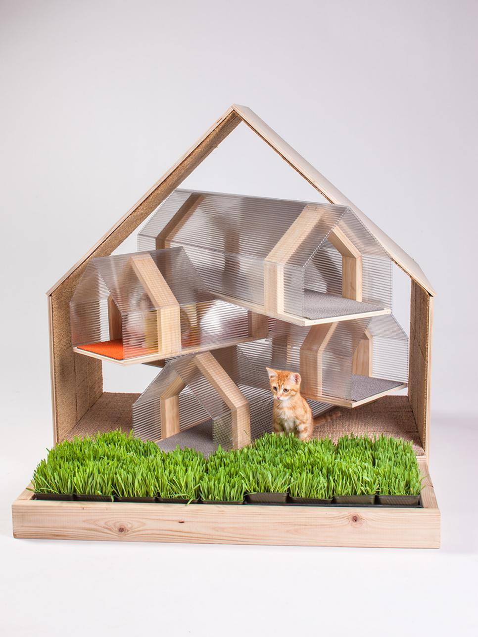 Домик для кошки из пластика и дерева