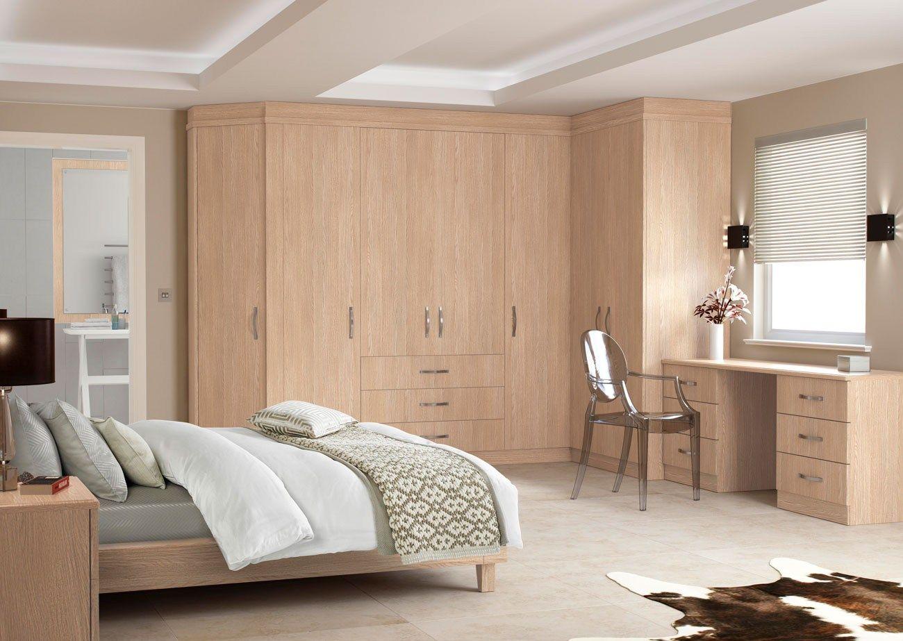 Угловой шкаф в интерьере спальни платяной