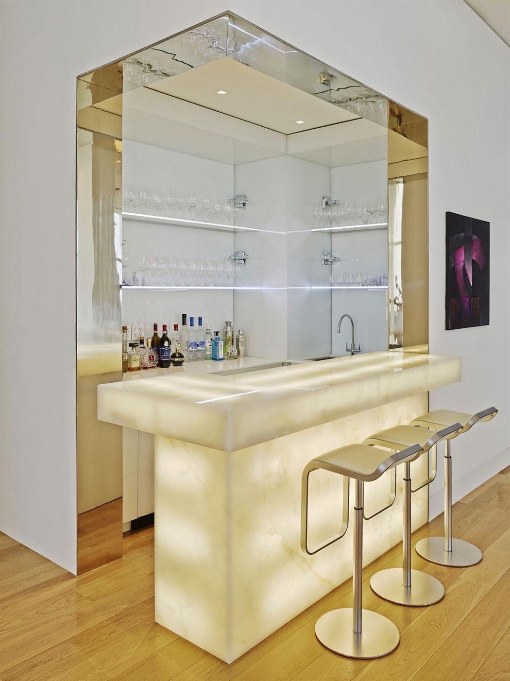 Дизайн кухни с барной стойкой с подсветкой