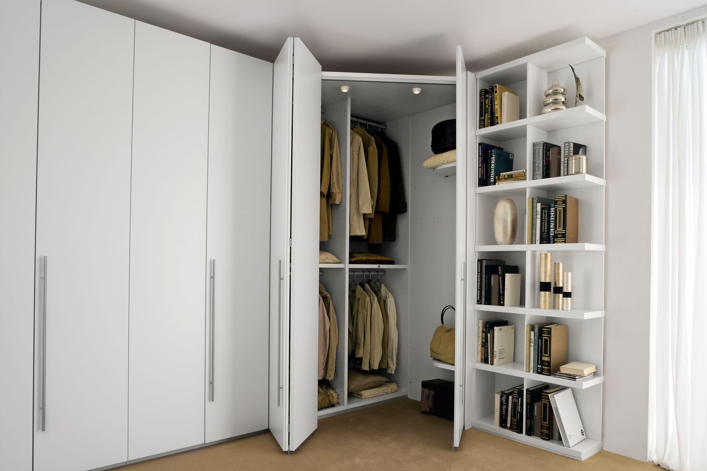 Угловой шкаф в интерьере спальни с полками