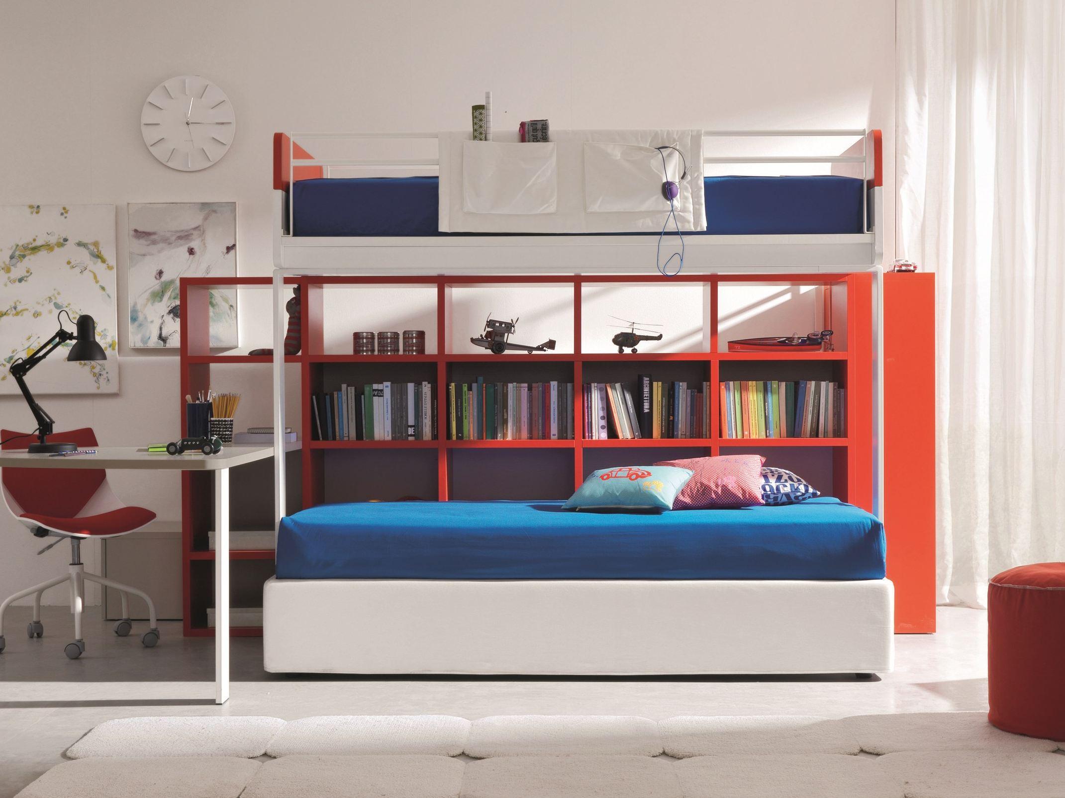 Двухъярусная детская кровать с полками