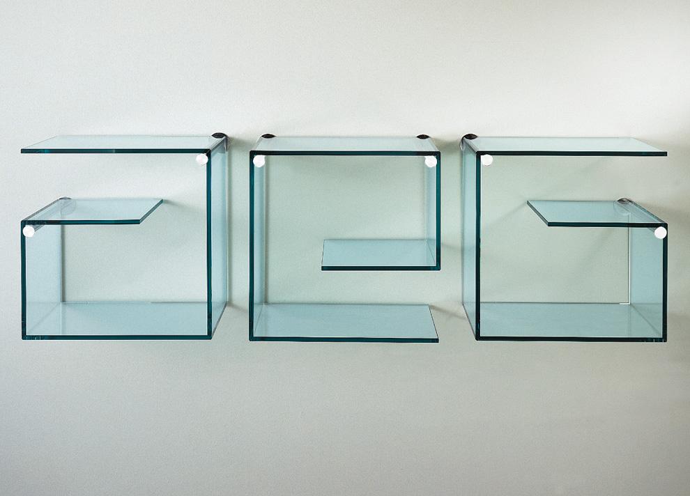 Необычная форма полок для создания интересного интерьера гостиной