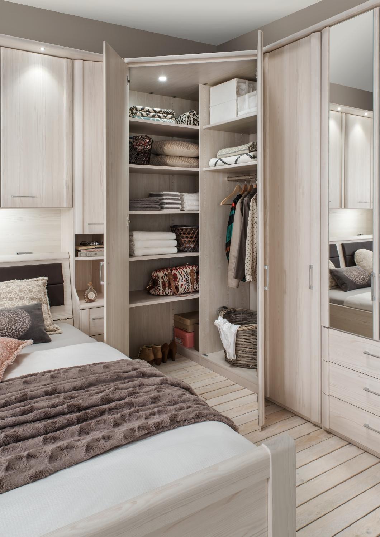 Угловой шкаф в интерьере спальни прованс