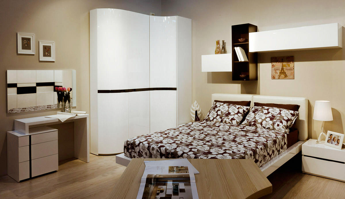 Угловой шкаф в интерьере спальни радиусный
