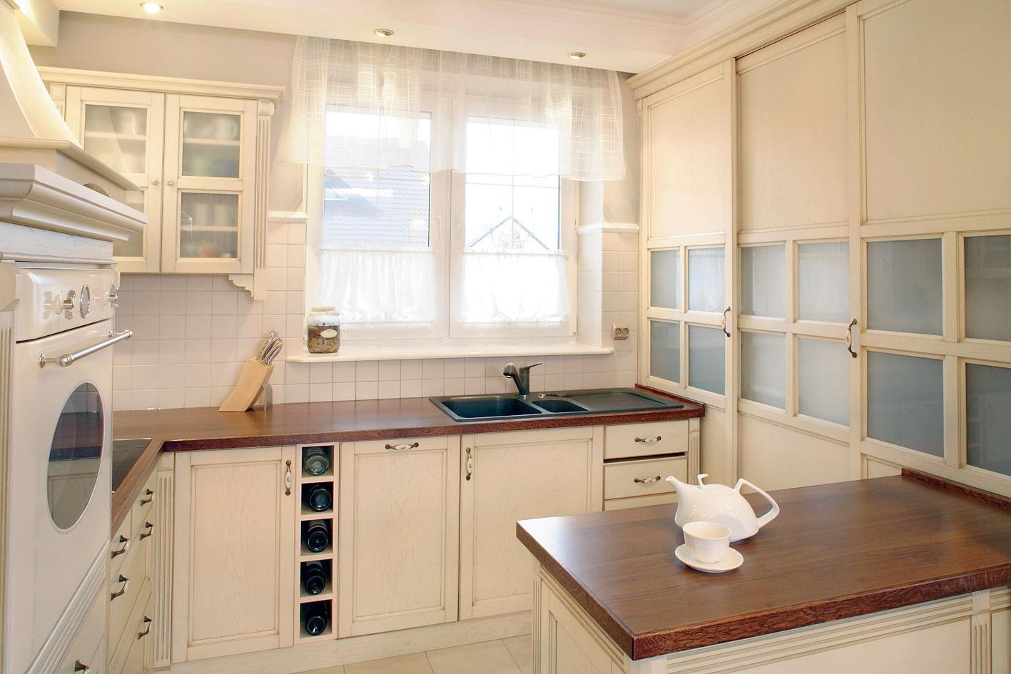 Черная мойка под окном на кухне