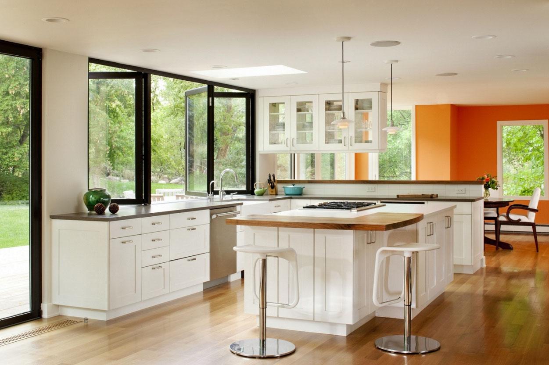 Мойка у окна на кухне с островом