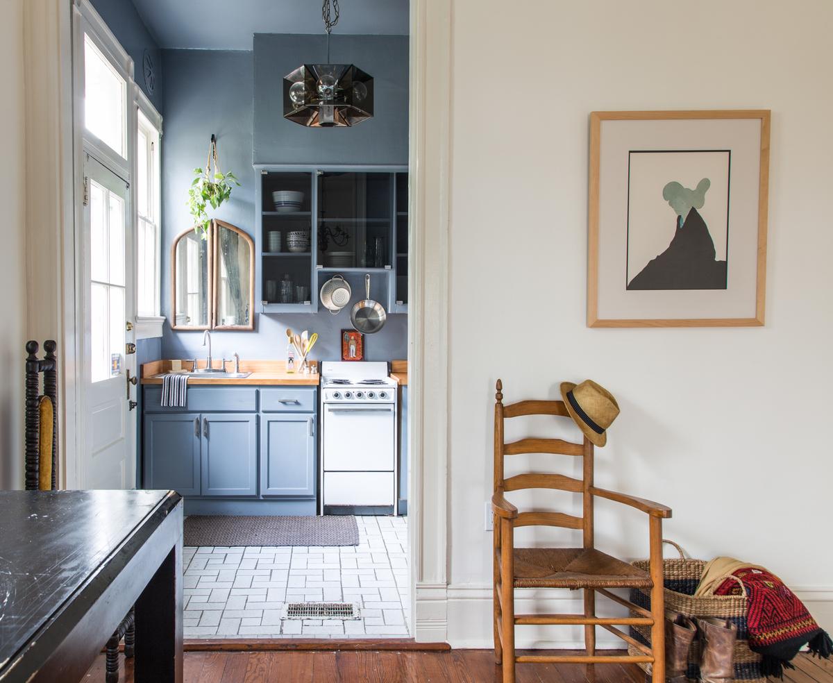 Мойка под окном в углу кухни