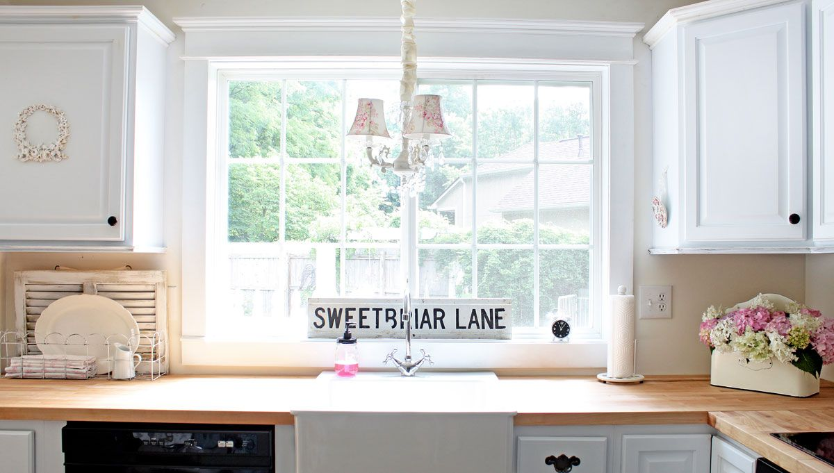 Белая раковина у окна на кухне в классическом стиле