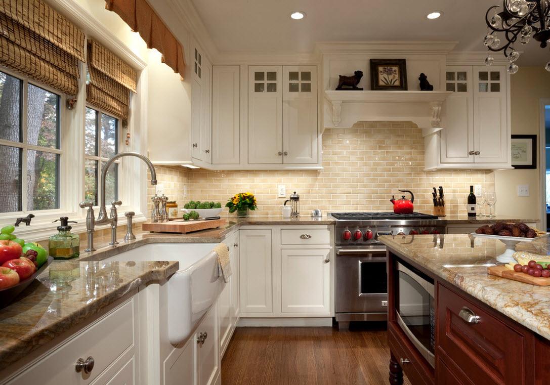 Мойка у окна с римскими шторами на кухне