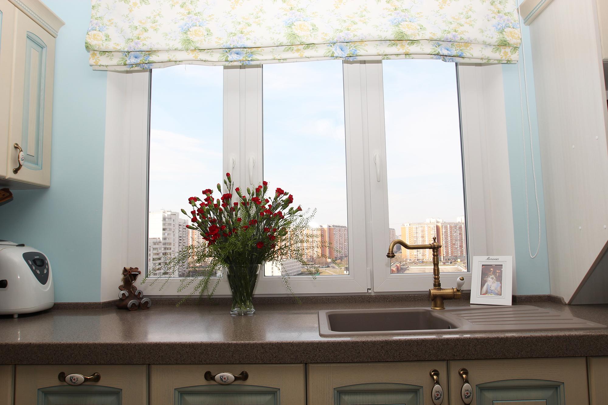 Коричневая мойка у окна на кухне