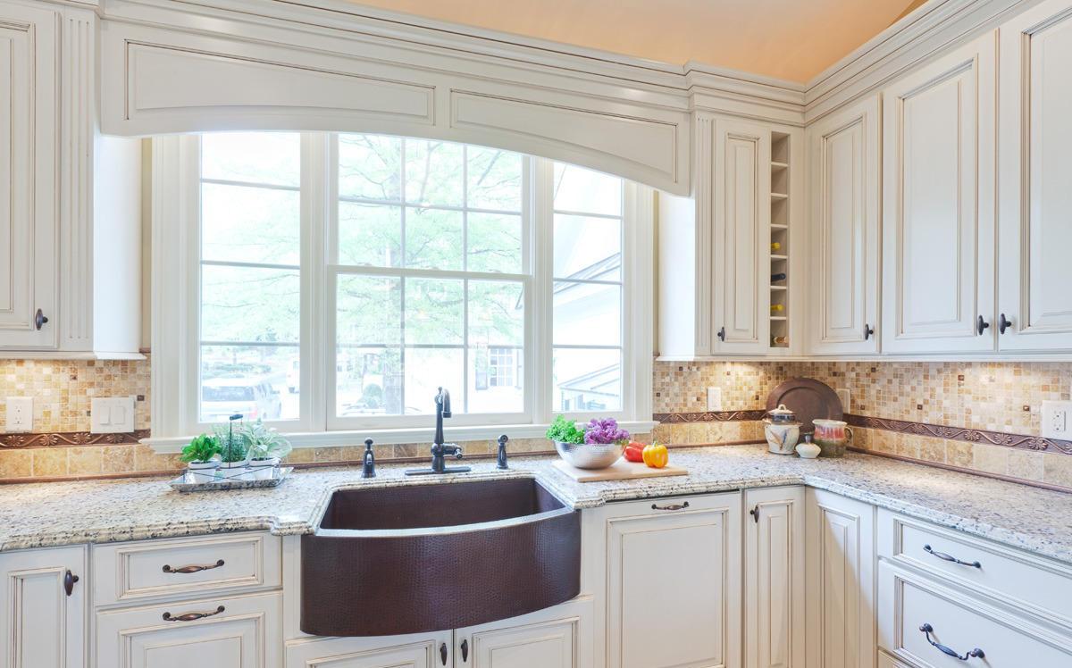 Коричневая раковина у окна на кухне
