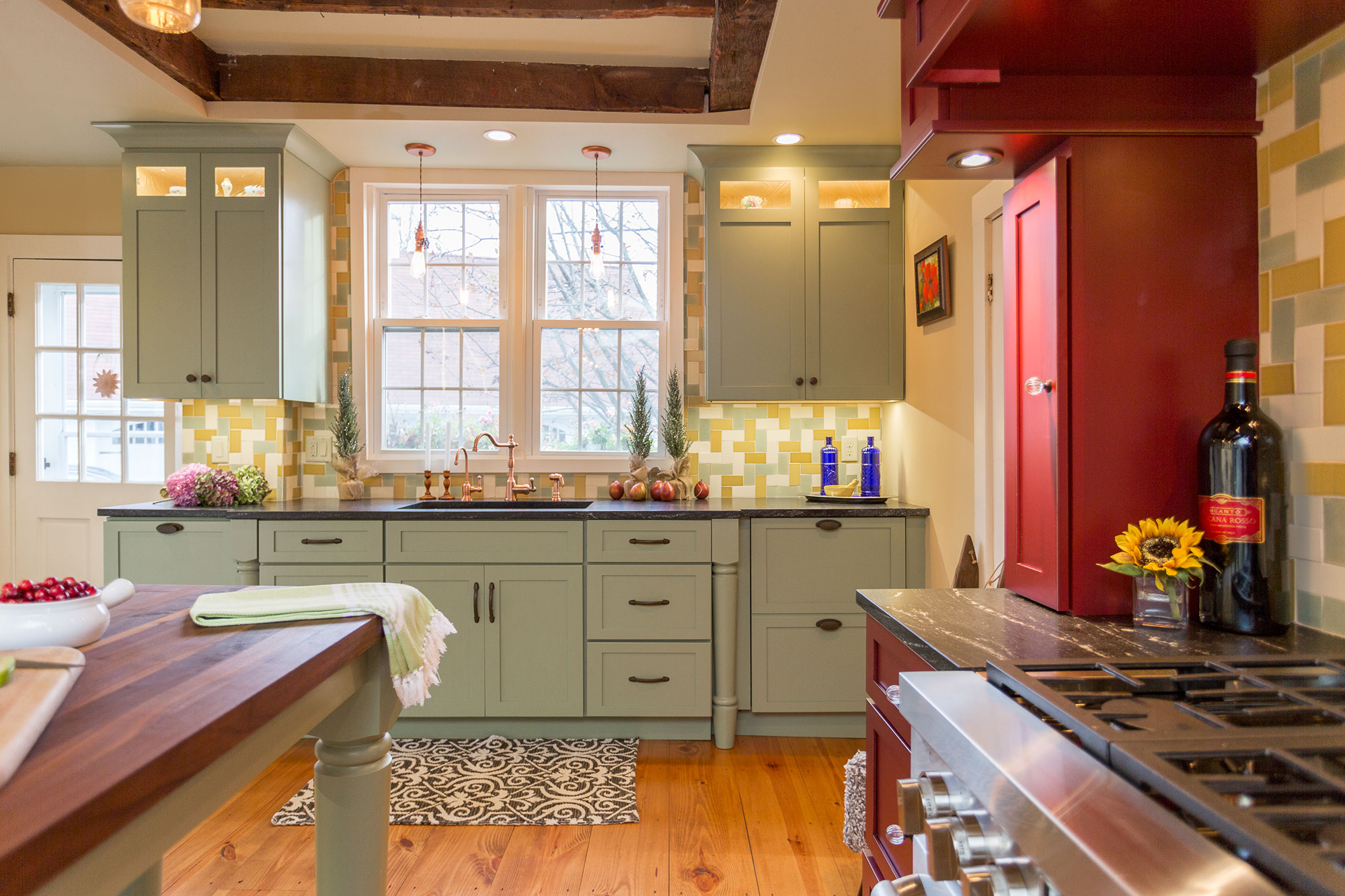 Мойка под окном на кухне в стиле прованс