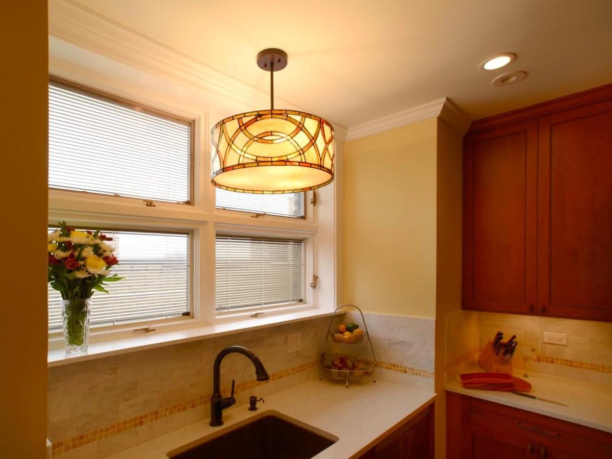 Мойка у окна с жалюзи на кухне