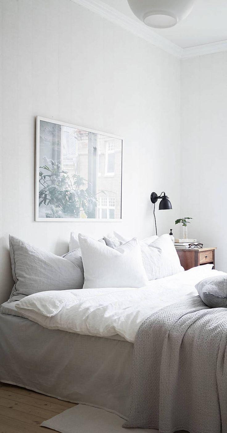 Картина в раме над кроватью