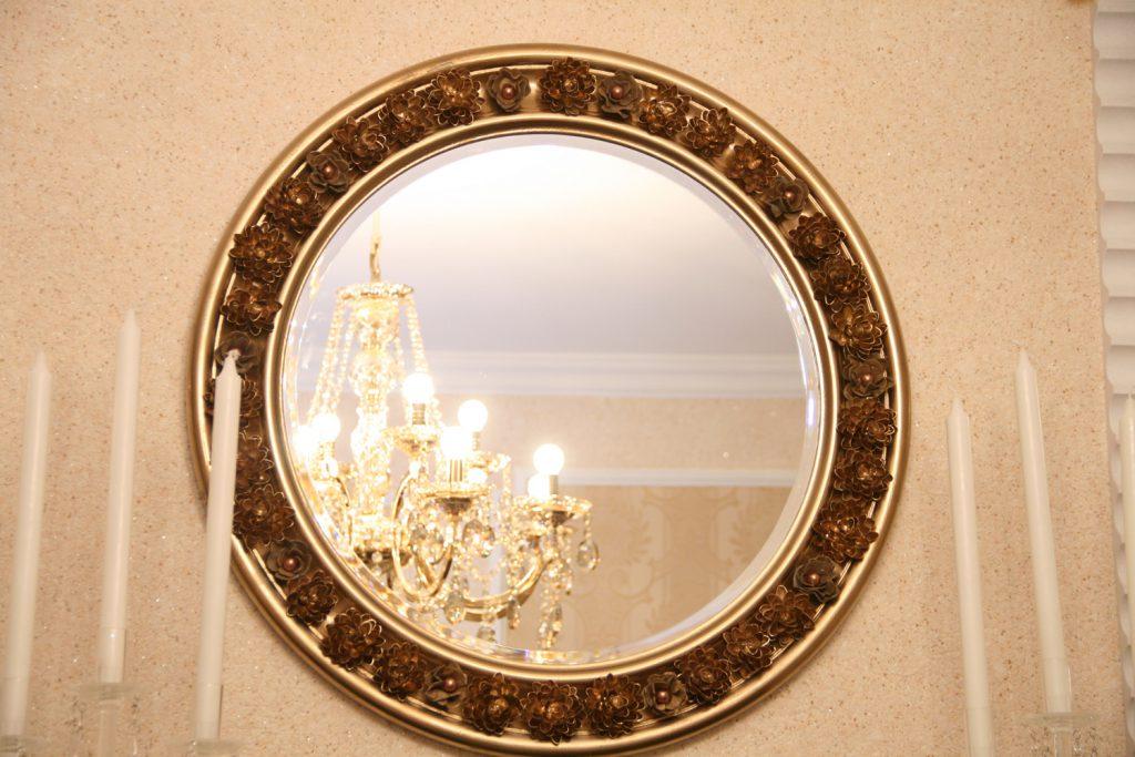 Украшение рамки зеркала декоративными цветами