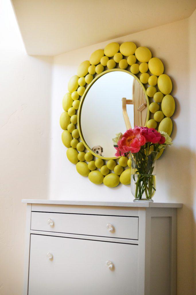 Желтая необычная рамка для зеркала