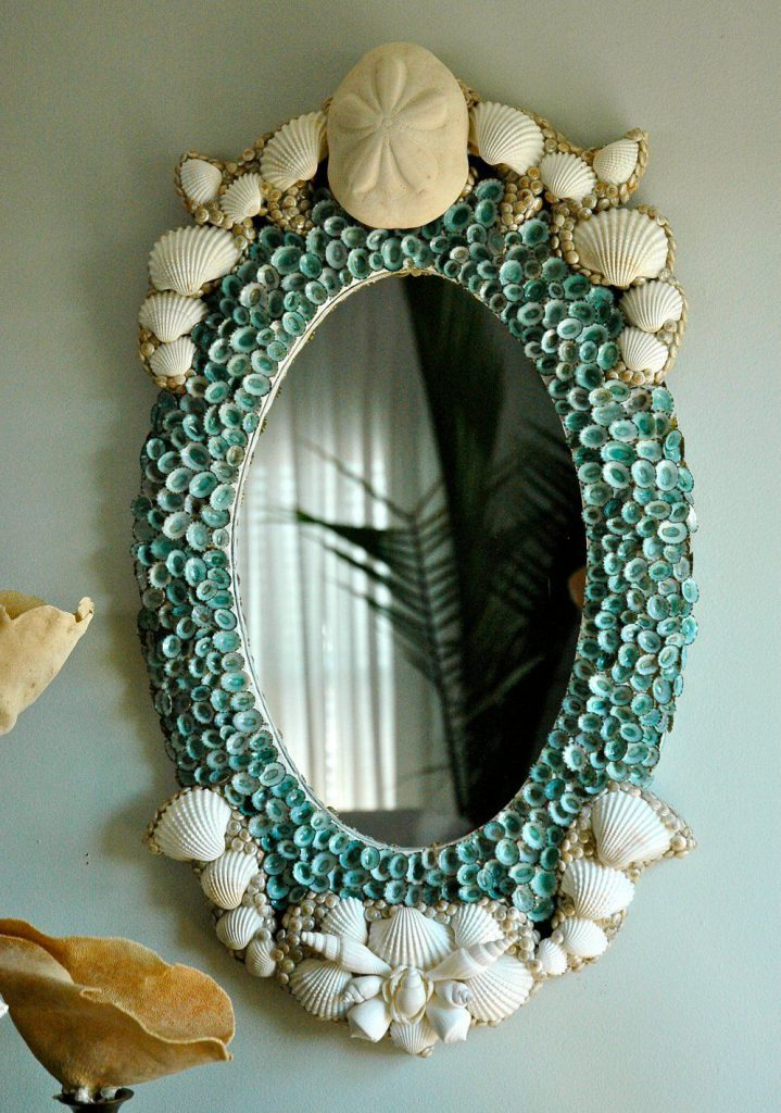 Овальное зеркало с декором из ракушек