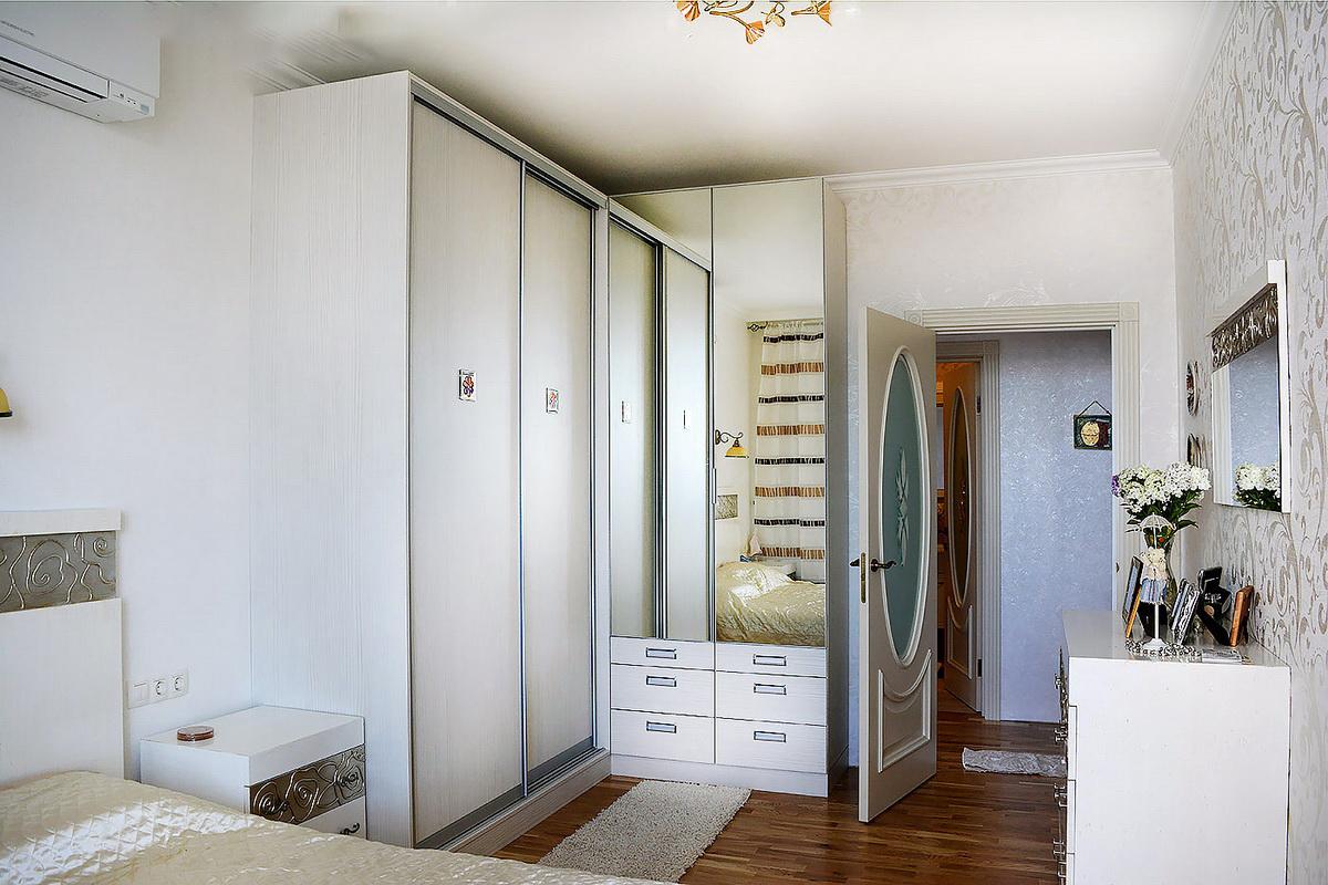 Угловой шкаф в интерьере спальни раздвижной
