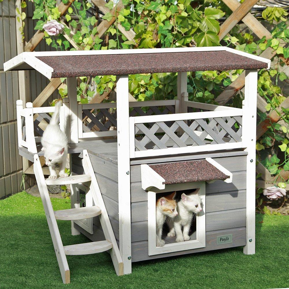 Домик для кошки в саду