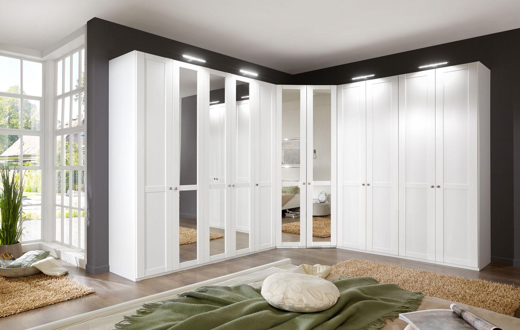 Угловой шкаф в интерьере спальни секционный