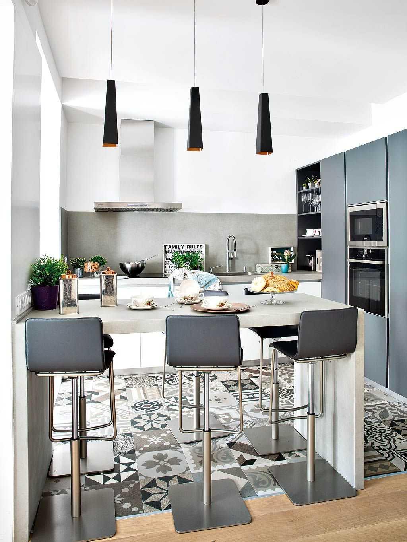 Дизайн кухни с барной стойкой серый