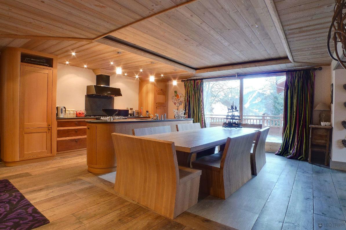 Простая кухня в доме шале