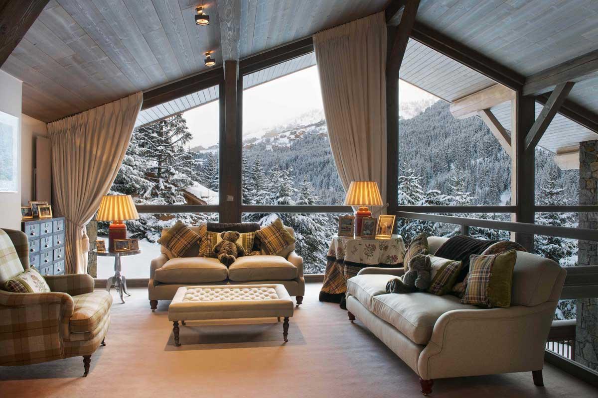 Гостиная с панорамным остеклением и красивым видом на лес