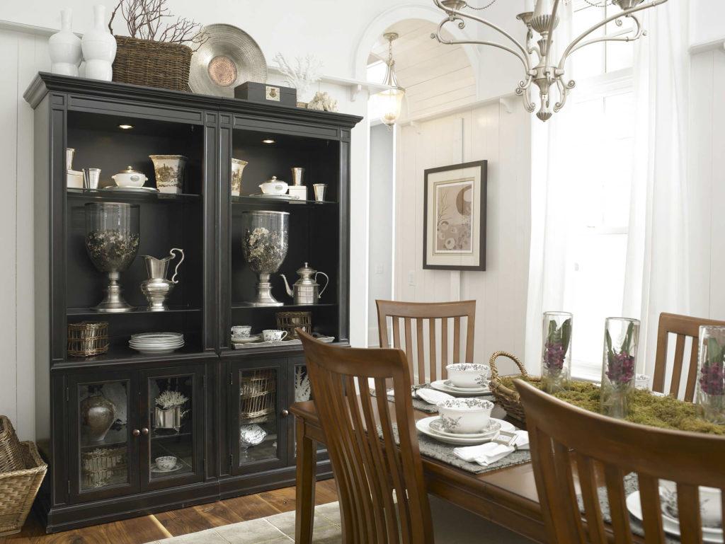 Черный стильный шкаф для столовой