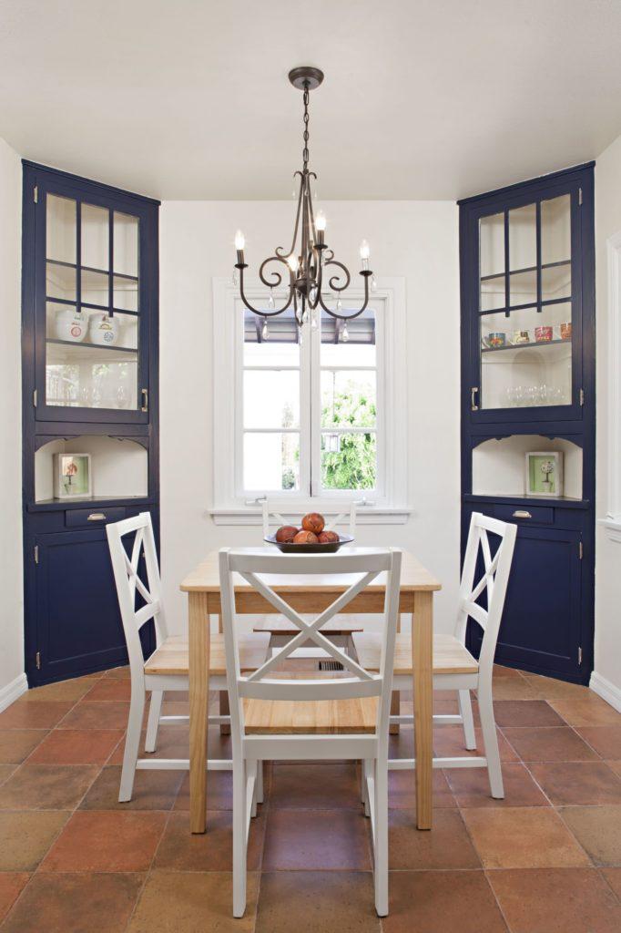 Угловые синие кухонные шкафы