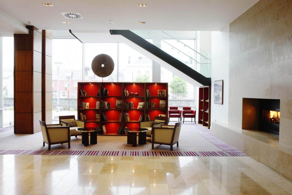 Книжный шкаф для просторной гостиной