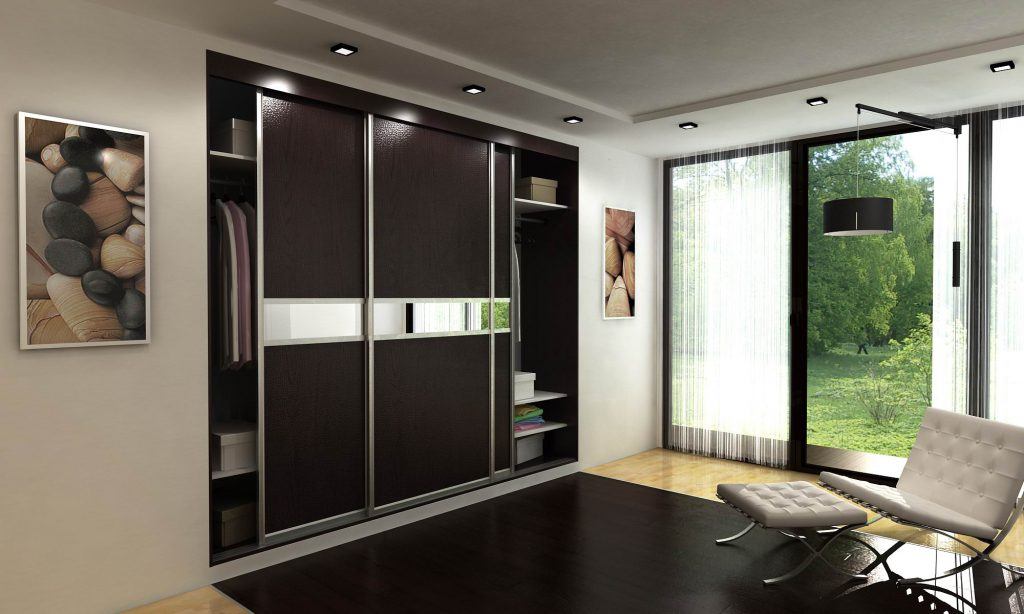Встроенный черный шкаф-купе с зеркальными элементами