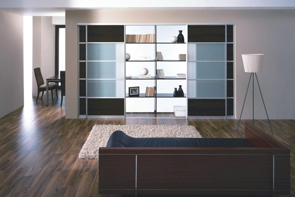 Большой шкаф-купе для книг и декоративных элементов
