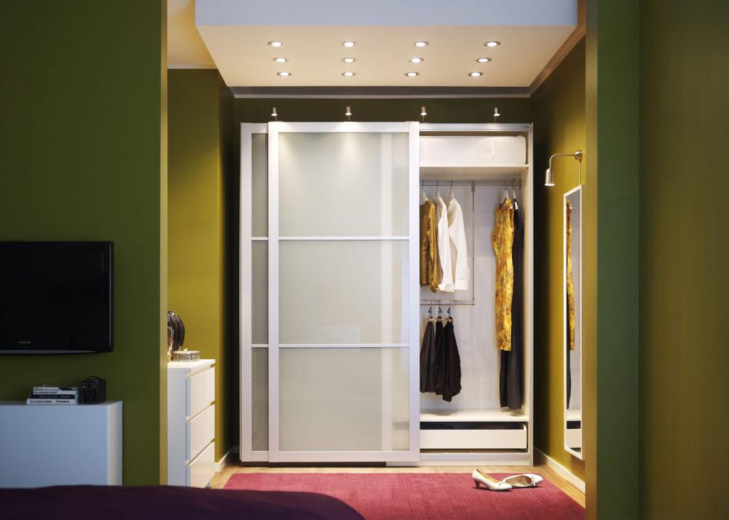 Белый шкаф-купе с матовым стеклом для прихожей