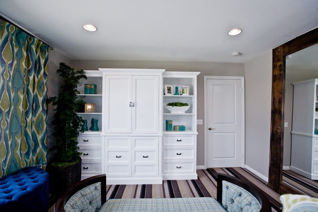 Белый многофункциональный шкаф