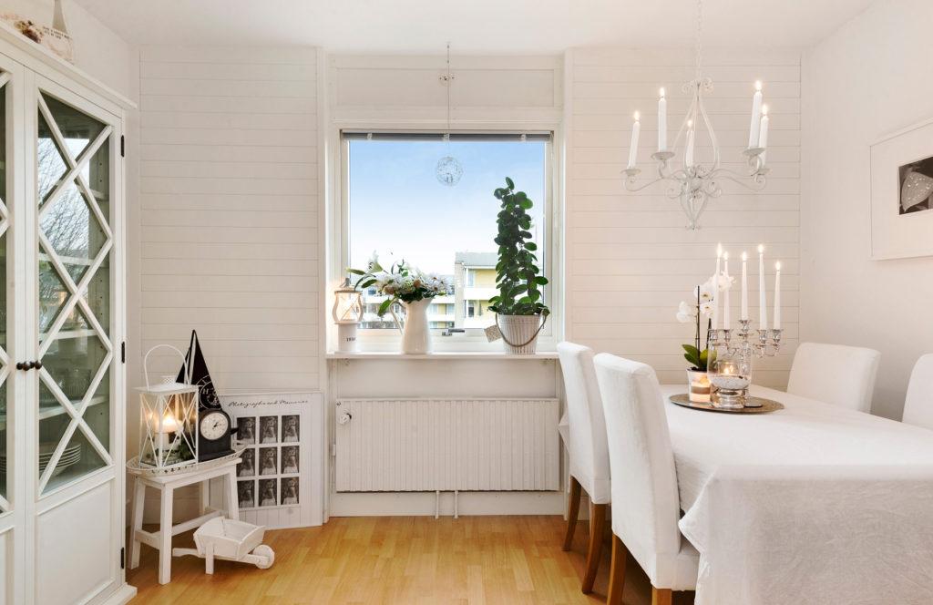 Красивый белый шкаф со стеклянными дверьми для столовой