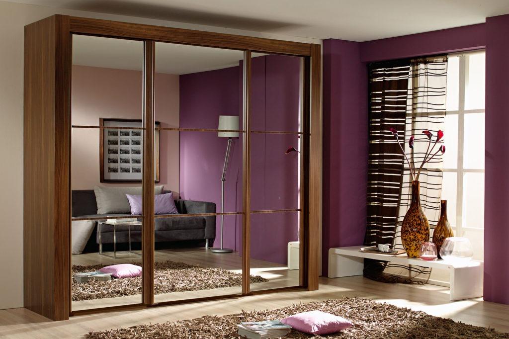 Вместительный коричневый шкаф-купе с зеркальными дверьми