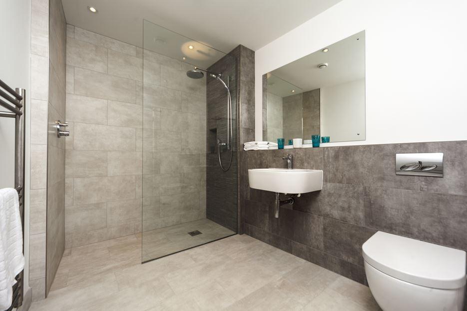 Интерьер ванной с душем в пастельных тонах
