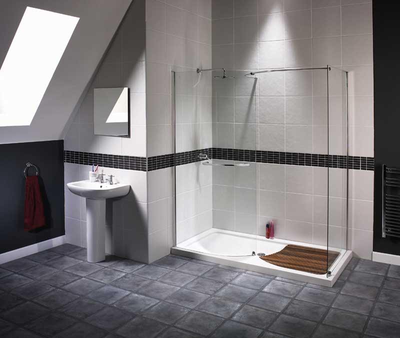 Классический сборный душ в интерьере простой ванной