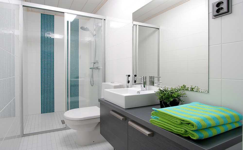 Небольшая ванная комната с душевой
