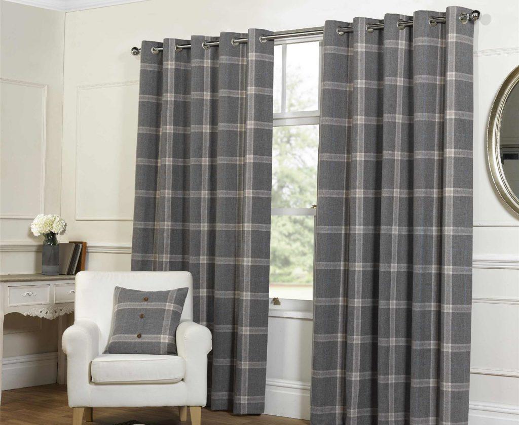 Серые клетчатые шторы на люверсах в белой гостиной