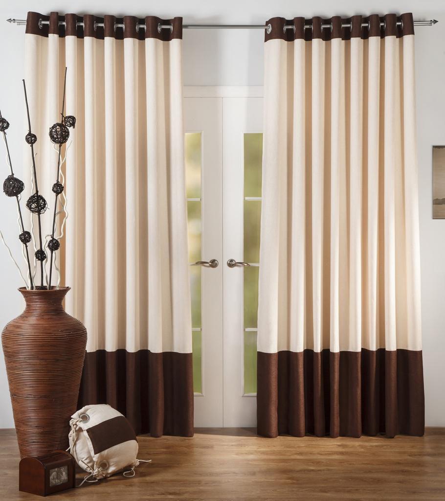 Коричнево-бежевые шторы на люверсах в интерьере гостиной