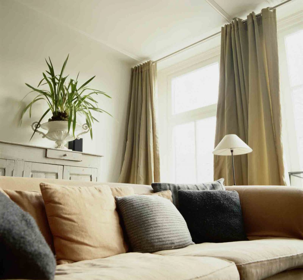 Серо-зеленые шторы на люверсах в квартире
