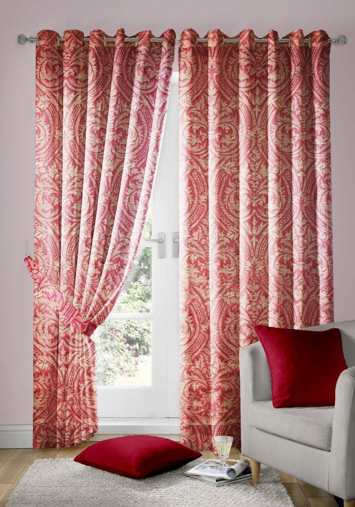 Красно-золотистые шторы в интерьере