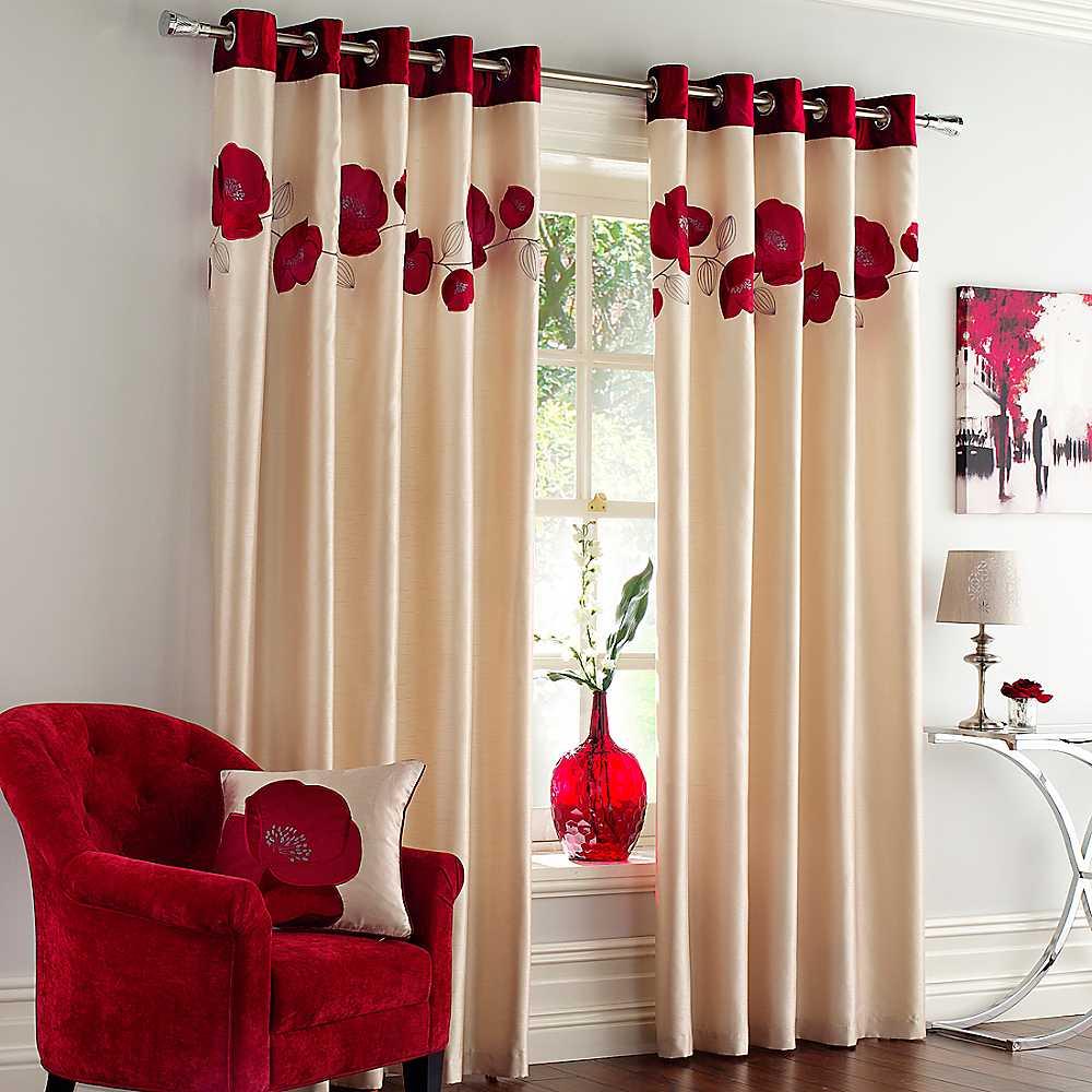 Бежево-красные атласные шторы в гостиной