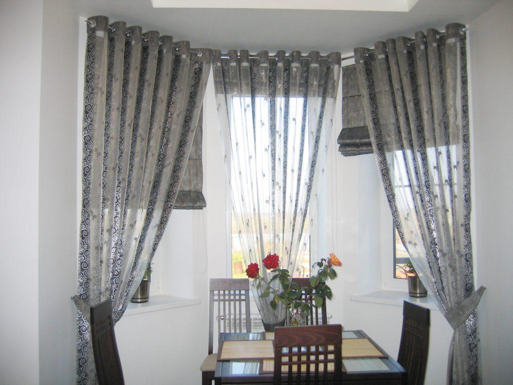 Шторы на люверсах из прозрачных и плотных полос ткани на кухне