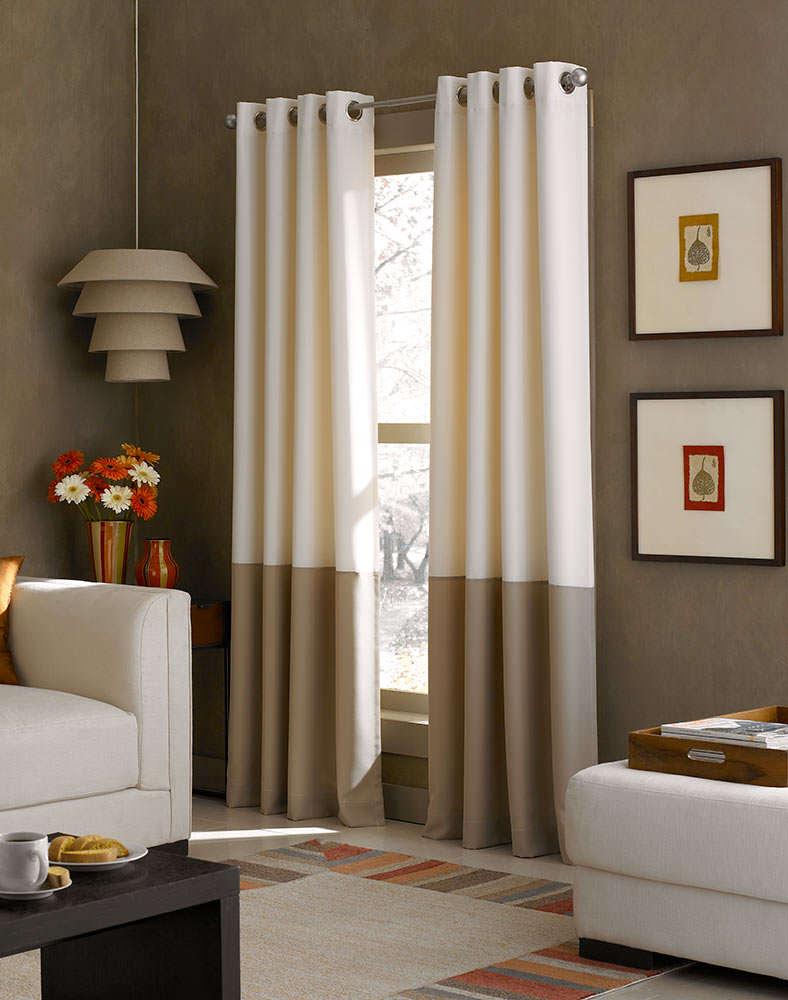 Бежево-коричневые плотные шторы на люверсах в гостиной